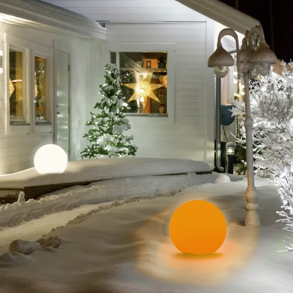 Lumen Style Globe im Winter mit Multicolor-LED in Orange